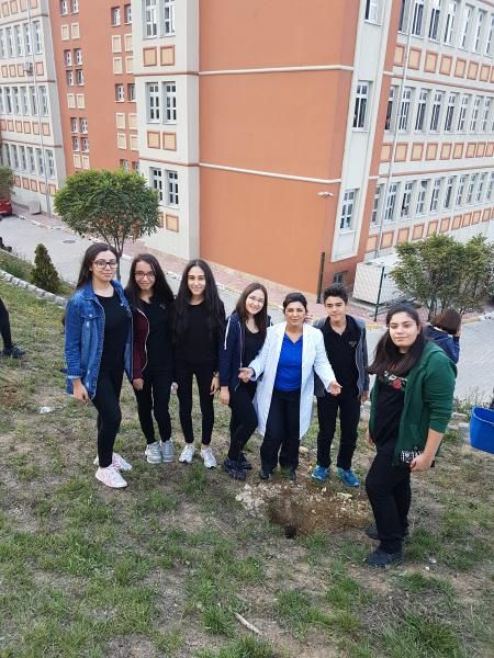 Küçükçekmece Belediyesi Park ve Bahçeler Müdürlüğü işbirliği ile düzenlenen Dikili Bir Ağacın Olsun projesine okul çapında destek verildi.