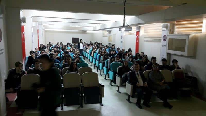 İstanbul Aydın Üniversitesi Sağlıklı Beslenme Diyetik Bölüm Başkanı Yrd.Doçent İndrani KALKAN ve Akademisyen Merve PEHLİVAN tarafından Öğrencilerimize Sağlıklı Beslenme konusunda verilen seminer öğrencilerimiz tarafından dikkatle izlendi.