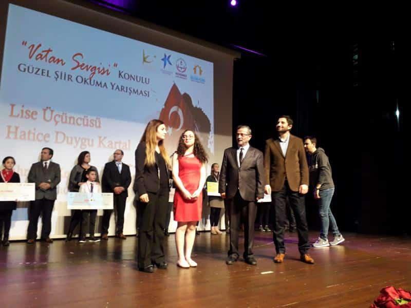 Vatan Sevgisi konulu güzel şiir okuma yarışmasında öğrencimiz H.Duygu KARTAL ödül almıştır. Öğrencimizi tebrik ediyoruz.