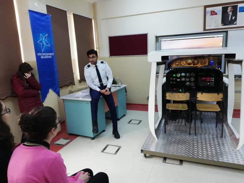 Küçükçekmece Belediyesi ile Sivil Havacılık Kurumu işbirliğiyle okulumuzda Uçak Simülatörü kurulmuş olmuş öğrencilerimiz yoğun ilgi göstermişlerdir.