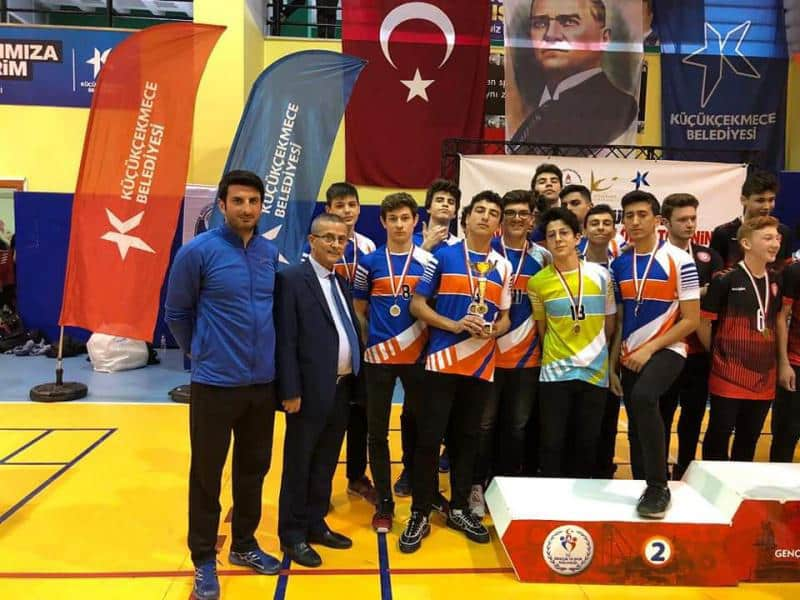 Küçükçekmece Okul Olimpiyatları Voleybol Turnuvasında Genç Erkekler ve Genç Kızlarda Okulumuz Voleybol Takımları 2. Olarak Ödüllerini Aldılar. Öğrencilerimizi ve Beden Eğitimi Öğretmenimiz Soner ÖZDAMARı tebrik ederiz.
