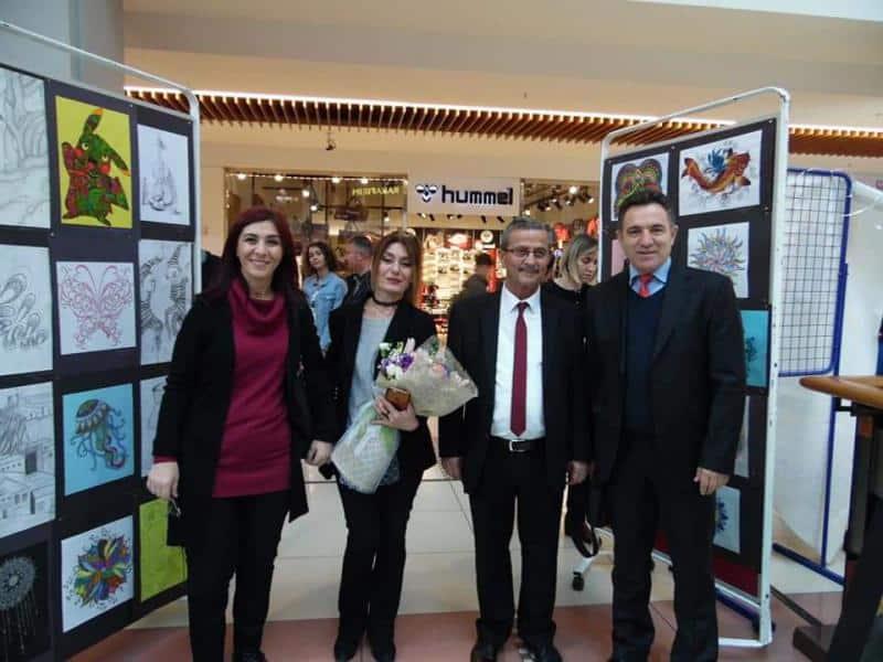 Yıl Sonu Resim Sergimizi Sefaköy Armonipark AVMde açtık.Görsel Sanatlar Öğretmenimiz Selma ALBAYRAK ve emeği geçen sevgili öğrencilerimizi tebrik ediyoruz.